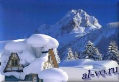 Заваленная снегом крыша домика в горах